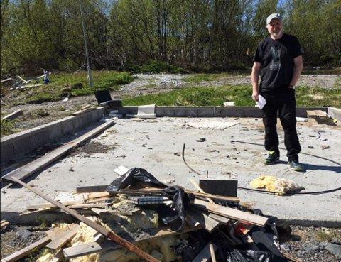 MÅ RYDDES OPP: Rolf Kollstrøm mener søpla som ligger på området der tidligere asylmottak var plassert på Sandnes, må ryddes opp før noen barn blir skadet.