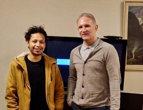 MEDIASENTER: Michael William Karlsen og Tore Meltzer ved Bo og oppfølging motar 130.000 kroner til å bygge mediasenter til brukerne og byens ungdom.