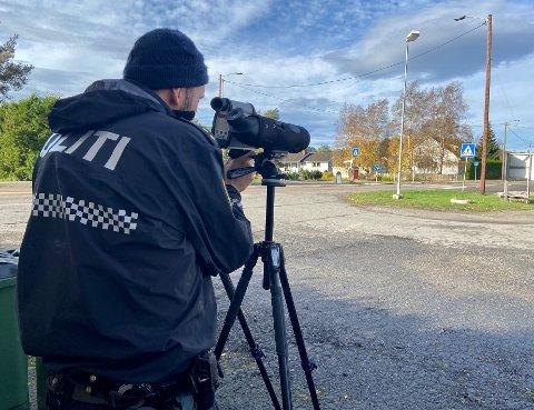 UTE LANGS VEIENE: Torsdag avholdt Utrykningspolitiet kontroll både i Aurskog og på Bjørkelangen.