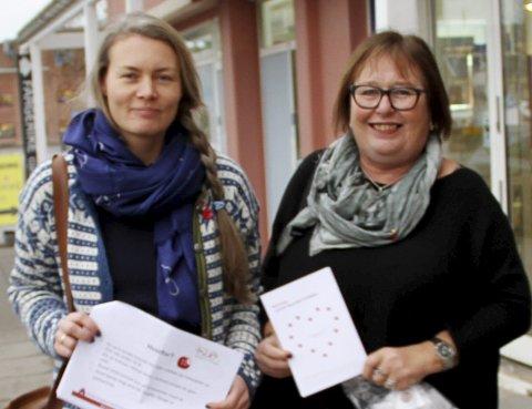 God avsetning: Anne Skottvåg og  Marit Torkildsen delte ut røde knapper mot vold. Foto: Magnus Franer-Erlingsen
