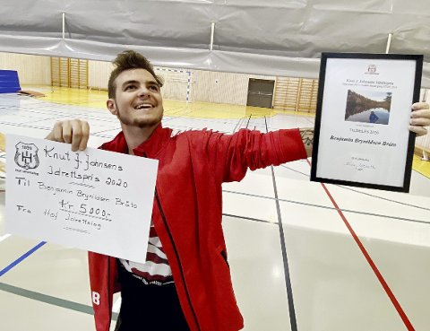 5.000 kroner: Benjamin Brynhildsen Bråto (21) med penger og beviset på at han vant prisen i 2020. Foto: Pål Nordby