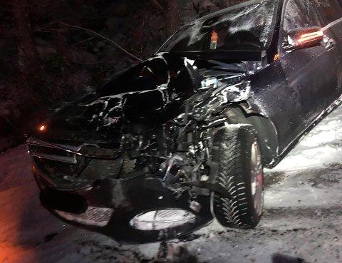 Ein bil hamna utanfor vegen etter å ha treft ein hjort på Stripo måndag morgon.
