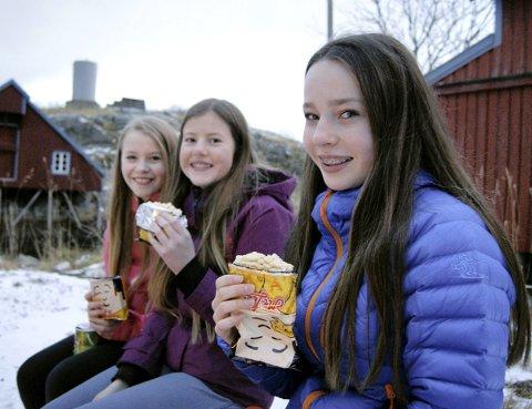 Alternativ nissepakke:  Disse tre jentene hadde valgt en alternativ nistepakke, og koste seg med bålpanna( fv til h. Janne Kuntze Aasland, Dina  Annie Johnsen og Maja Cecilie Kuntze