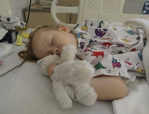 Etter operasjonen: Det var smertefullt for Damon å se datteren slik, men tre dager etter var hun oppe og gikk. Foto: Privat