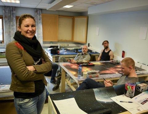 ENESTE KVINNE I GAMET: Karoline Aas Hansen har blitt «lokket» med av kjæresten Sverre Bakkeli (til venstre i bakgrunnen).