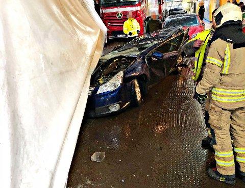 KNUST: En trailer veltet over en personbil på Bastøferja tirsdag morgen. Det satt ingen i bilen som ble knust.