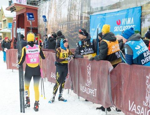 VALGTE Å BRYTE: Laila Kveli, som her er i samtale med broren Espen under Vasloppet i fjor, valgte å bryte lørdagens La Diagonela i det som ble en isende kald fornøyelse.