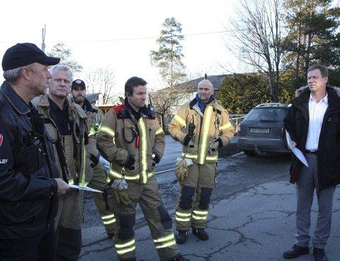 GODT REPRESENTERT: Bydelsdirektør Per Morstad (til høyre) i samtale med brannvesenet og brigadesjef Lars Brenden.