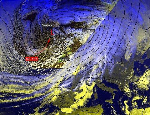 LAVTRYKK: Både over Island og Finland ligger det kraftige lavtrykk mandag. Det skaper ustabilt vær også i Nord-Norge.