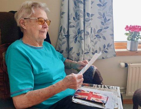 BREV FRA BARNEBARNET: Anna Elvira Sivertsen (94) leser brevet fra barnebarnet Hanne, som skriver at hun savner henne og er veldig glad i henne.