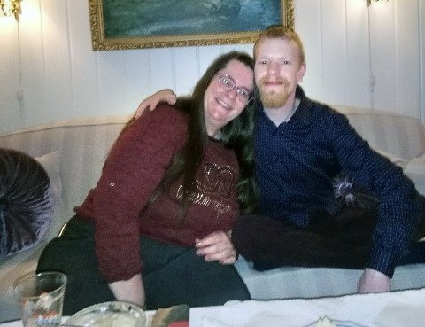 SISTE JUL: Marianne Helleberg og sønnen Toni Andre hjemme på juleferie i 2020, mindre enn to måneder før branntragedien rammet.