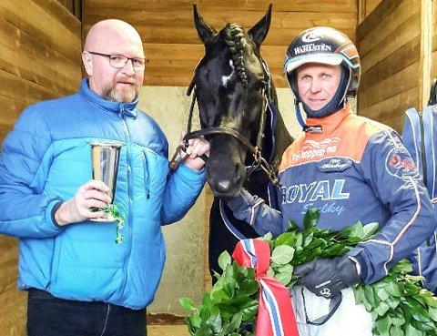 SEIER: Myhreng Jerker sammen med kusk og trener Olav Mikkelborg og Håkon Hansen etter seieren i Østfoldpokalen på Momarken lørdag. Foto: privat
