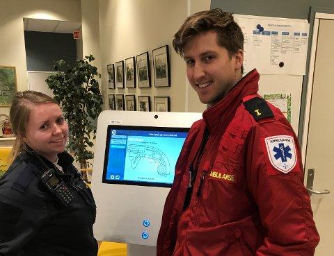 NYTTIG REDSKAP: Hilde Tordhol (f.v.) og Håvard Lundby fra ambulansevakta i Gjøvik tar i bruk infokiosken på Haugtun, for å finne ut hvilken avdeling en bestemt pasient ligger på.