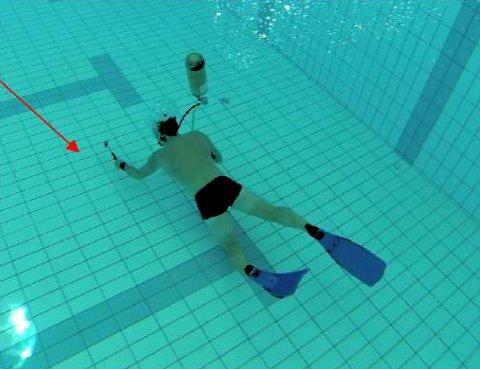 SINTEF-UNDERSØKELSE: En dykker har vært med på å inspisere skadene på bunn av det 25 meters svømmebassenget.