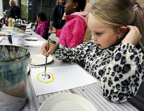 SMIL: Benedikte Klavina (7) tegnet seg selv på standen til Kolbotn Malerklubb.
