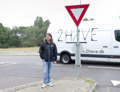 TRAFIKK: Anders Eidsvaag Graven er lite fornøyd med at fartsøkningen på E18 fortsatt står.. – De spiller hasard med innbyggernes liv. Foto: Bjørn V. Sandness