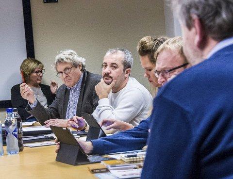 Sa ja: Hallstein Bast (V, t.v.), Nawzad Rashid Amedi (Ap), Janne Ekmann (Ap) og André Lysnes (Ap) er positive til rådmannens forslag. Bildet er fra onsdagens møte i kultur- og oppvekstkomiteen. Foto: Lasse Nordheim