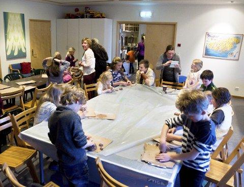 Håndarbeid: Mens det var foredrag i kirkerommet, fikk de yngste være med på keramikkverksted med Laila Leknes i kjelleren.