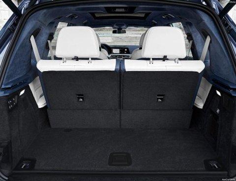 Bakluken er elektrisk. 326 liter bagasjerom når alle setene er i bruk, det er mer enn mange konkurrenter.