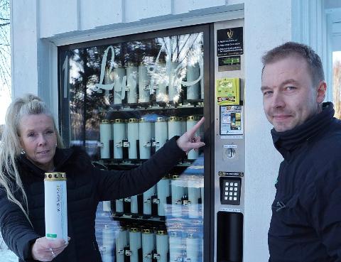 HAR SLÅTT AN: – Jeg er fornøyd med responsen og vurderer nå å sette ut flere automater, soer Ole Jørgen Nordtorpet. Her sammen med kirkeverge Sissel Framaas i Åsnes ved  automaten  ved Arneberg kirke.