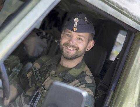TRIVES: – Jeg ble innkalt til førstegangstjeneste da jeg var ferdig med studiet, og trivdes så godt at jeg søkte meg til Forsvaret igjen. Det har jeg aldri angret på, sier Einar Norbakken.