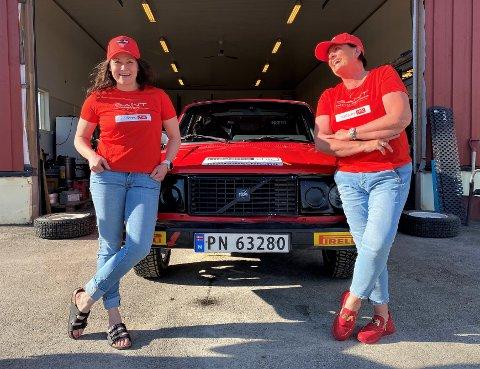 DYNAMISK DUO: Toril Halbakken (t.h.) satte seg inn i en rallybil for første gang i januar i år. Nå skal hun være kartleser for Maren Engseth under rallyrunden på Bjørkelangen i helgen. Der skal det kjøres fire fartsprøver, der den første er nesten tre mil lang.  – Det er bra jeg ikke blir bilsjuk, konstaterer rally-debutanten på 54 år.