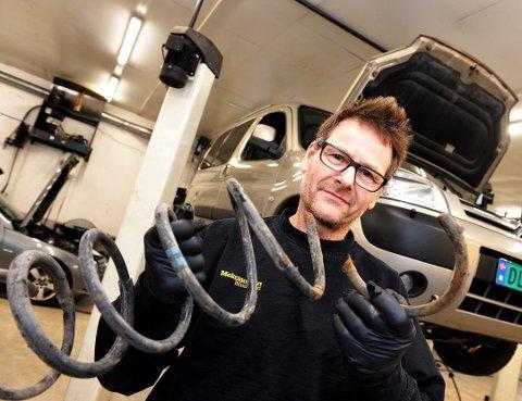 I BESTEFARENS FOTSPOR: Henrik Ottestad eier og driver verkstedet på Stangeby og er tredje generasjons bilmekaniker.