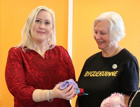 PRISSATT: Helsesykepleier Jenny Nore kan fortelle Bjørg Solhaug i Degernes bygdekvinnelag at babysokkene blir svært godt mottatt av nybakte mammer og pappaer i Rakkestad kommune.