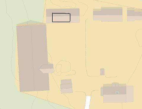 Garasje: Det gamle bryggerhuset ble revet og en garasje ble satt opp (ikke tegnet inn i riktig målestokk). Garasjen er større enn tillatt og krevde dispensasjon fra kommuneplanen.