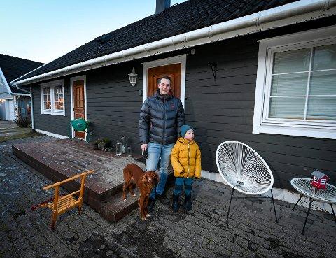 Alexander Bjørk og sønnen Sander (5) fremfor huset i Kvernkroken på Hauknes som han solgte uten å bruke eiendomsmegler.