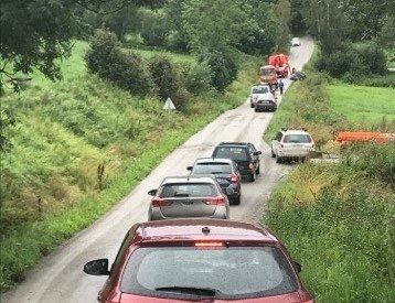 Kø på omkjøringsveg: Bilistene i Brumunddal må finne omkjøringsveger og det tar ekstra lang tid når bilberging må til.