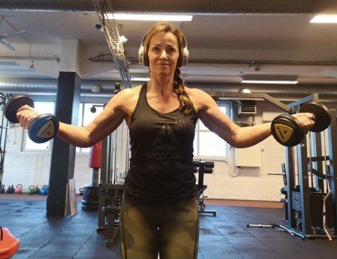 TRENING MED MENING: Hanne Fossum (47) har fått diagnosen fibromyalgi og ble anbefalt å trene styrke. For å motivere seg ekstra bestemte hun seg for å stille opp i Bikini Fitness og i april står hun på scenen for første gang.