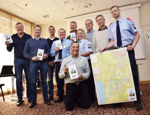 Harald Gårdvik (f.v.) fra Dronning Tyra, redningsdykker Tore Tveit, Fagutvikler Stig Væråmoen fra Nordre Buskerud politidistrikt, Geir Danielsen fra Røde Kors Ringerike og Hole, Ragnar Braata fra Dronning Tyra, Hege Endrerud fra Røde Kors Ringerike og Hole, Runar Krokvik fra Sparebankstiftelsen Ringerike, karttegner Vemund Erlandsen fra ProKart og leder i Røde Kors Ringerike go Hole, Thor Blyberg Endrerud. Foran sitter dykkeleder i Norsk Folkehjelps dykkegruppe, Jamil Khalayli.
