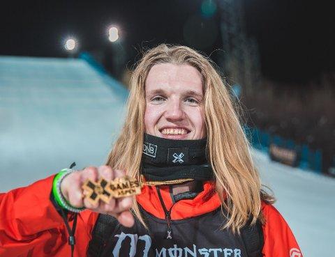 SNOWBOARD: Fridtjof startet med snowboard på ringkollen, nå er han profesjonell.