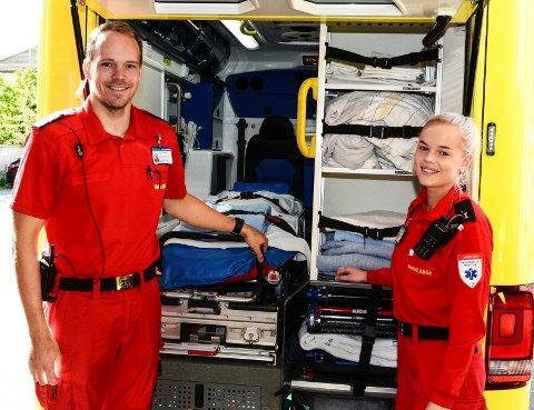 REDDER LIV: Ambulansepersonalet og de andre aktørene tilknyttet prehospitale tjenester, her ambulansefagarbeider Julian Vatnan og ambulanselærling Mari Tande Eik i ambulansetjenesten i Vestre Viken (Drammen stasjon).