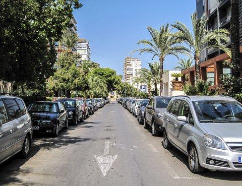 PARKERING: Både i Spania og Italia er det ofte strenge regler på hvilken vei og hvilken side av gaten bilen kan parkeres.