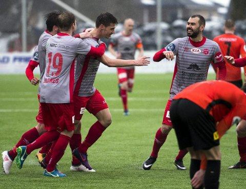 Vanskelig å stoppe: Sindre Mauritz-Hansen gratuleres av lagkameratene etter 3-0-scoringen. Den innleide Strømmen-spissen har kommet seg til toppfotballen med en annen bakgrunn enn mange andre. Som 16-åring la han nemlig opp. Begge foto: Anders Stensås