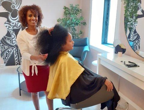 ERFAREN: Ethiopia Bråthen har vært frisør siden 1995, og har også utdanning fra Kenya. Nå håper hun flere vil lære hennes fag, og at de som gjør det får den anerkjennelsen de fortjener.