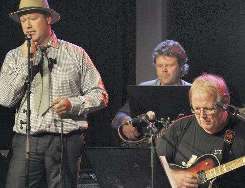 I SALONGEN: Tom Iver Hauge med mikrofonen sammen med Roar Lindberg på gitar og Rino Larsen, bass som er fast med i «Loungekvartetten».Arkivfoto: Per D. Zaring. I SALONGEN: Tom Iver Hauge med mikrofonen mens Roar Lindberg på gitar og Rino Larsen, bass er fast inventar i Singers Lounge.