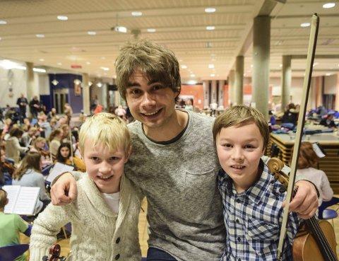 Fiolinhelt: Niåringene Erlend Strand (til venstre) og Pål Rønnestad Abrahamsen med helten Rybak.