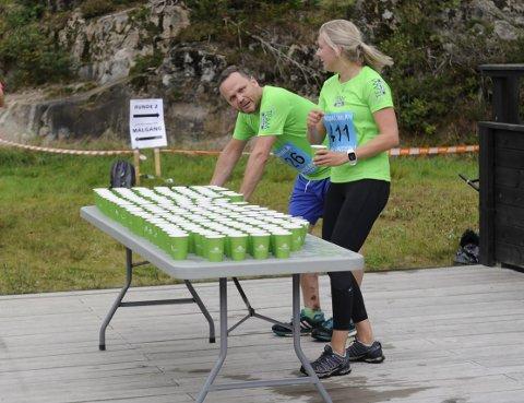 Team Hasås: Hans Viggo Nielsen tok en liten pause ved drikkestasjonen i Kodalmilas terrengløp. Her i prat med Irene Rønning.