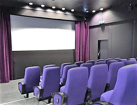 EGEN KINOSAL: Nå kan du kjøpe billett til hele kinosal 3 på Hjertnes. Hit kan du ta med de du bor sammen med. Kommunen kaller tilbudet «familiekino» eller «husstandskino». FOTO: Hjertnes kulturhus