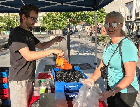 FERSKT OG GODT: Martin Stokkeland selger unna ferske bær og kantareller på Torvet. Marianne Henriksen benyttet seg av tilbudet.