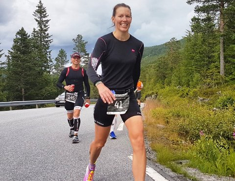 TØFF: Karoline Rønning er utvilsomt en av Sarpsborg tøffeste damer. Her er hun på vei til toppen av Gaustadfjellet i Norseman. Foto: Privat