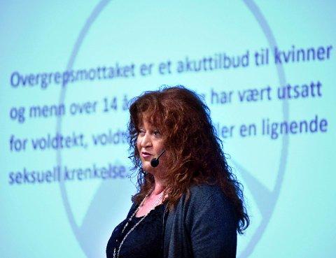 OVERVELDET: Ann Helen Lomsdalen, daglig leder av Overgrepsmottaket i Østfold, registrerer at videoen de la ut på Facebook i går ettermiddag sprer seg lynkjapt. I løpet av under et døgn er den blitt delt 6.000 ganger og sett over 420.000 ganger!
