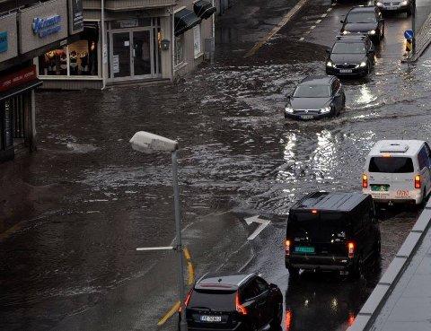 VANN I VEIENE: Slik så det ut i Fredrikstad i morgentimene mandag.