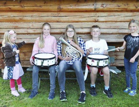 Står uten dirigent: Maja Mysen (4) (fra venstre), Tine Mysen                 (14), Mathea Garseg (13), Oskar Garseg (12) og Jenny Mysen (8) synes det er gøy å være i skolekorpset og håper ikke det blir lagt ned. Men det lille                    korpset trenger en dirigent.