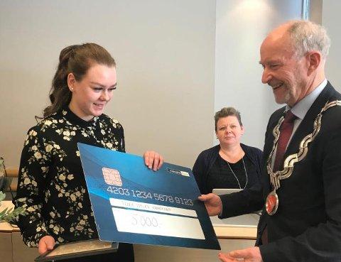 Her får Tonje Iselin Kragtorp prisen på 5.000 kroner overrakt av fylkesordfører Ole Haabeth (Ap).