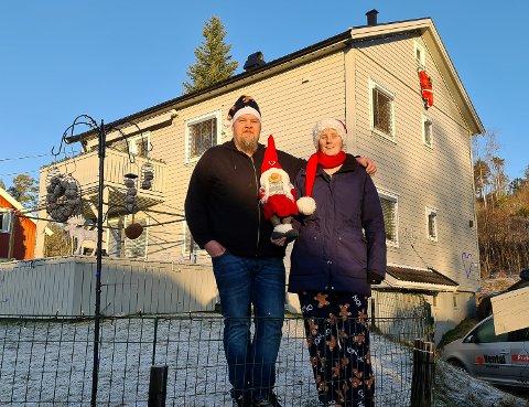 GLAD I JUL: Samboerparet Snurre Svendsen (39) og Eilen Louise Tollefsen (33) er glade i å pynte til jul.