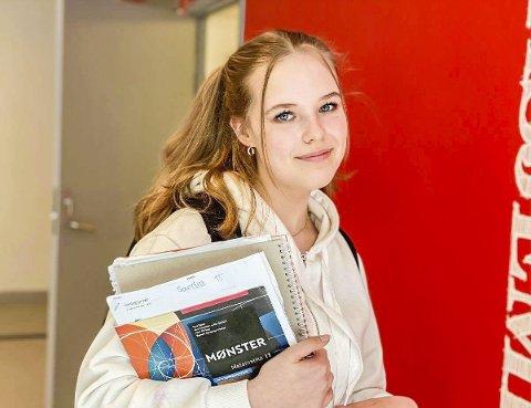 UTFORDRENDE: Sandra Iversen (16) ved Askim videregående skole har opplevd det første året som meget vanskelig, men håper det blir bedre til neste år.